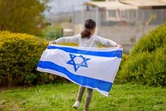 Lycklig flicka med den Israel flaggan arkivfoto