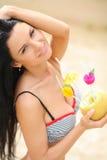 Lycklig flicka med en coctail på stranden Royaltyfri Fotografi