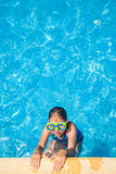 Lycklig flicka med goggles i simbassäng Arkivbild