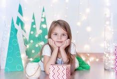 Lycklig flicka med hans julgåva Jul ferie och gåvor arkivbild