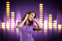 Lycklig flicka med headphonen som lyssnar till musik Arkivbilder