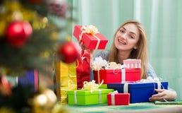 Lycklig flicka med julgåvor och gåvor arkivfoton