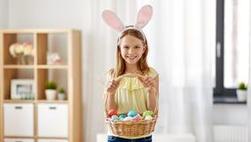 Lycklig flicka med kulöra easter ägg hemma royaltyfri foto