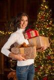 Lycklig flicka med många julgåvor Royaltyfri Fotografi