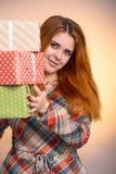 Lycklig flicka med massor av gåvor i händer, en ung kvinna som rymmer en bunt av askar som slås in i dekorativt papper, begreppsf royaltyfria bilder