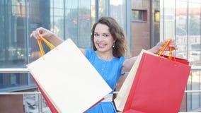 Lycklig flicka med packar, når att ha shoppat arkivfilmer