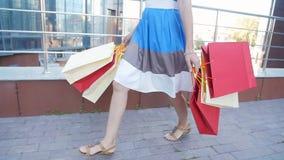 Lycklig flicka med packar, når att ha shoppat stock video