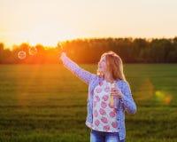 Lycklig flicka med såpbubblan Royaltyfria Foton