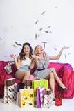 Lycklig flicka med shopping och pengar arkivbilder
