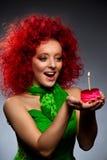 Flicka med tårtan Fotografering för Bildbyråer