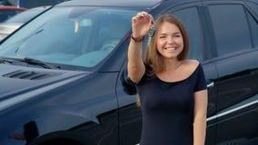 Lycklig flicka med tangent i hand fr?n den nya bilen arkivfilmer