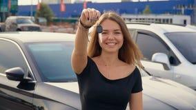 Lycklig flicka med tangent i hand fr?n den nya bilen stock video