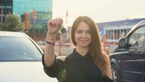 Lycklig flicka med tangent i hand fr?n den nya bilen lager videofilmer