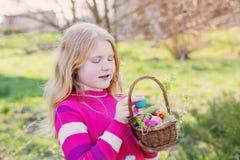Lycklig flicka med utomhus- påskägg fotografering för bildbyråer