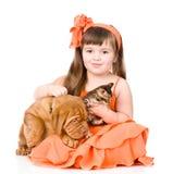 Lycklig flicka och henne husdjur - en hund och en kattunge Isolerat på vit royaltyfria foton
