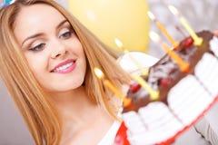 Lycklig flicka och hennes födelsedagkaka arkivfoto