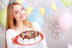 Lycklig flicka och hennes födelsedagkaka arkivbilder