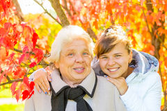Lycklig flicka och hennes farmor Royaltyfri Fotografi