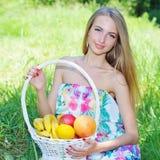 Lycklig flicka och sund vegetarisk mat, frukt Arkivbild