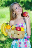 Lycklig flicka och sund vegetarisk mat, frukt Royaltyfria Bilder