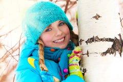 Lycklig flicka och trädet Arkivbilder