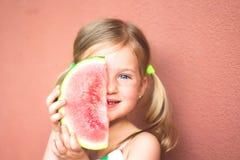 Lycklig flicka och vattenmelon arkivfoto