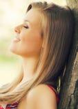 Lycklig flicka på soliga den utomhus- vårdagen Arkivfoto