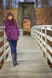 Lycklig flicka på träbron arkivfoton