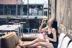 Lycklig flicka som blåser såpbubblor på taköverkanten arkivfoton