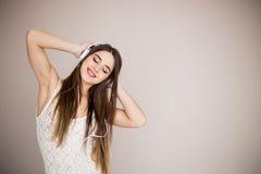 Lycklig flicka som dansar och lyssnar till den isolerade musiken Arkivfoton