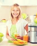 Lycklig flicka som dricker ny fruktsaft Arkivbild