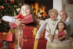 Lycklig flicka som får julklappar Royaltyfria Bilder
