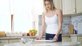 Lycklig flicka som förbereder apparater på köket i 4K stock video