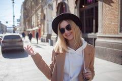 Lycklig flicka som g?r ner gatan, solig dag Trendigt och moderiktigt arkivbild