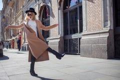 Lycklig flicka som g?r ner gatan, solig dag Trendigt och moderiktigt royaltyfria bilder
