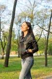 Lycklig flicka som går till och med skogsmark Royaltyfria Bilder