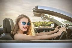 Lycklig flicka som kör en bil Arkivfoton