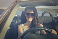 Lycklig flicka som kör en bil Arkivbild