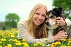 Lycklig flicka som kramar hennes älsklings- tyska herde Dog Royaltyfri Bild