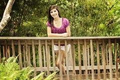 Lycklig flicka som poserar i en parkera Arkivfoto