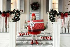 Lycklig flicka som rymmer en stor ask med en gåva jul- och folkbegrepp royaltyfria bilder