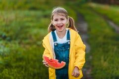 Lycklig flicka som rymmer en vattenmelon royaltyfria foton