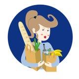 Lycklig flicka som rymmer två pappers- shoppingpåsar, bröd, frukt och veg Royaltyfria Bilder