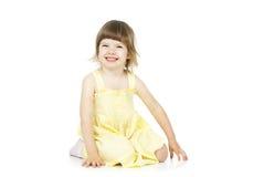 Lycklig flicka som sitter på golvet fotografering för bildbyråer