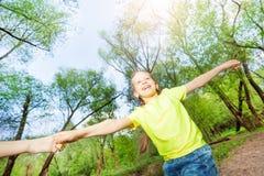 Lycklig flicka som spelar modigt utomhus- i parkera Royaltyfri Fotografi