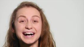 Lycklig flicka som talar på en vit bakgrund arkivfilmer