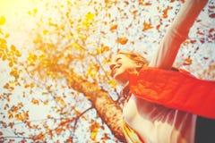 Lycklig flicka som tycker om liv och frihet i höst på naturen Arkivfoto