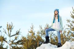 Lycklig flicka som utomhus går i vintern royaltyfri foto