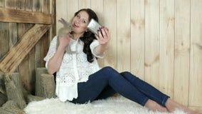 Lycklig flickadanandeselfie med den mycket lilla kaninen, bra behandling av djur, gamla stubbar, djurskydd stock video