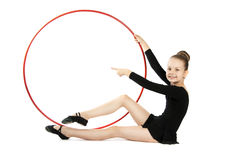 Lycklig flickagymnast med ett beslag Royaltyfri Foto